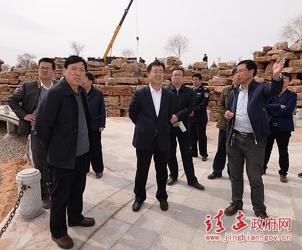 图为杨东明调研五台森林公园建设情况 (刘伟 摄)